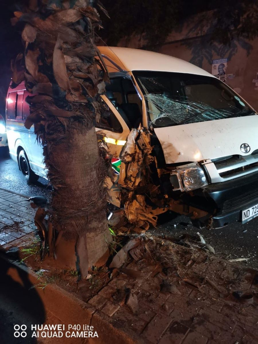 Taxi crashes into tree in Verulam