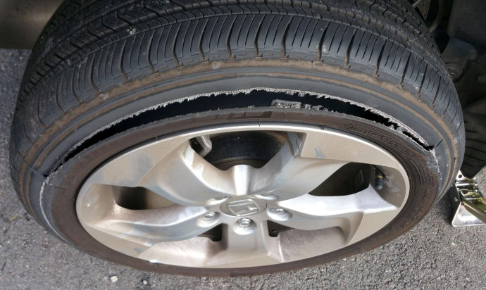 Which signs on the damaged tyre would reveal the possible factors leading to tyre failure?